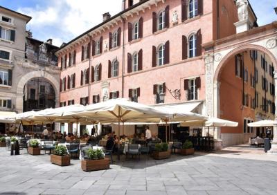 Thumbnail Wine aperitif in the city centre of Verona at Caffè Dante Bistrot